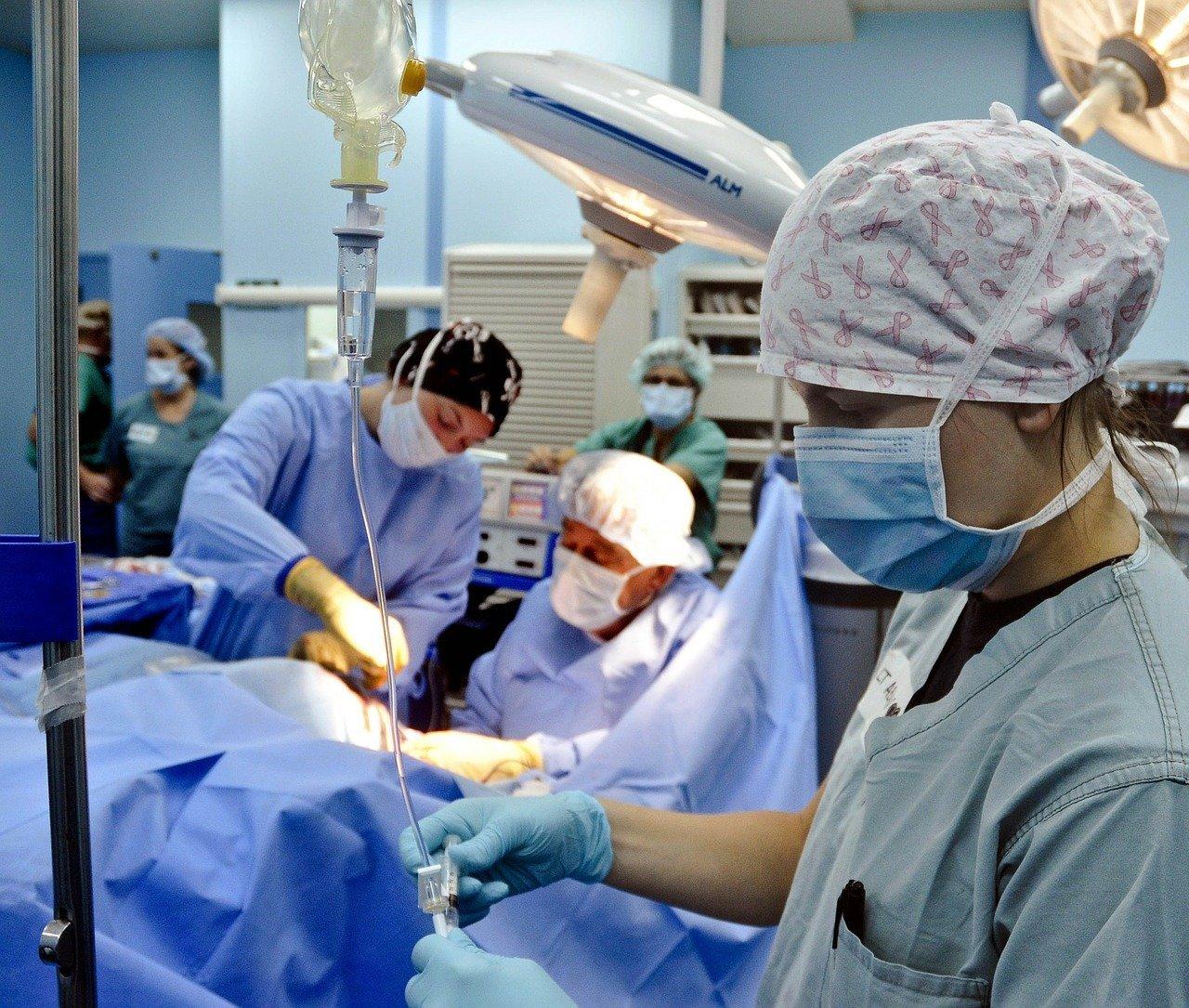 Ministerstvo: Nemocnice dostaly 12,4 miliardy Kč na odměny, mohou je vyplatit