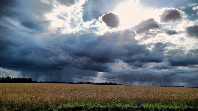 Předpověď počasí na noc a pátek 14. srpna. Vysoké teploty doprovodí déšť a silné bouřky - anotační obrázek