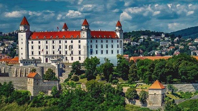Slovensko kvůli koronaviru výrazně zpřísňuje omezení - anotační obrázek