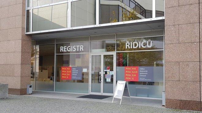 Na registru řidičů v Praze se opět tvořily fronty - anotační obrázek