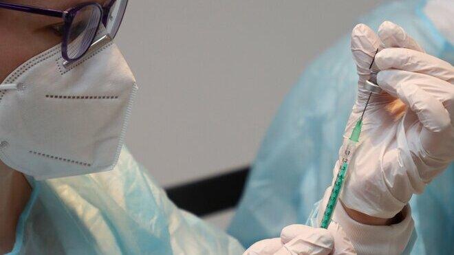 Lidé nad 60 let se mohou začít přihlašovat k očkování proti covidu - anotační obrázek