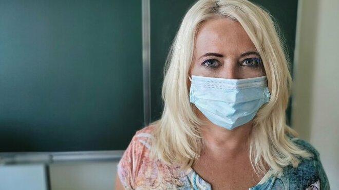 Neočkovaní učitelé budou muset mít ve výuce respirátory - anotační obrázek