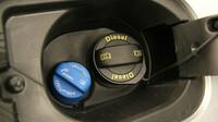 Řidiči v panice vykupují příměs do motorů AdBlue. Babišovu továrnu na AdBlue drtí drahý plyn. Dopravci se bojí kolapsu - anotační obrázek